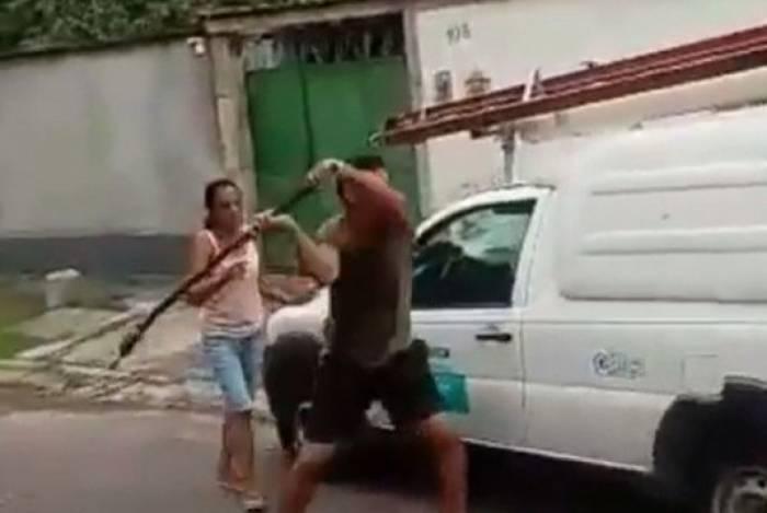 Homem quebrou carro da Light em Campo Grande