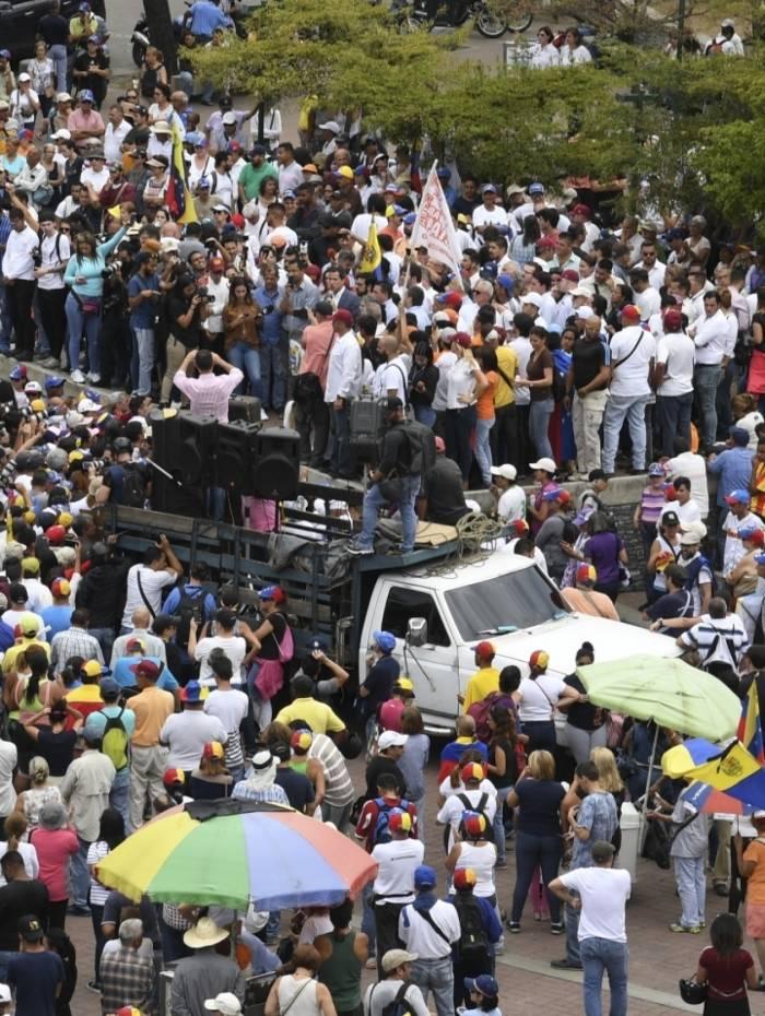 Multidão sai às ruas de Caracas para protestar contra Maduro