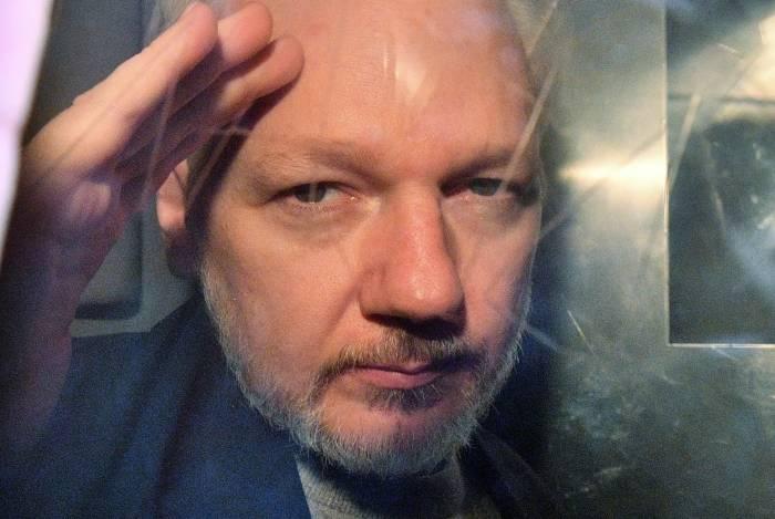 Um tribunal de Londres condenou Julian Assange, fundador do WikiLeaks, no dia 1 de maio a uma pena de 50 semanas de prisão por violar as condições de sua liberdade condicional