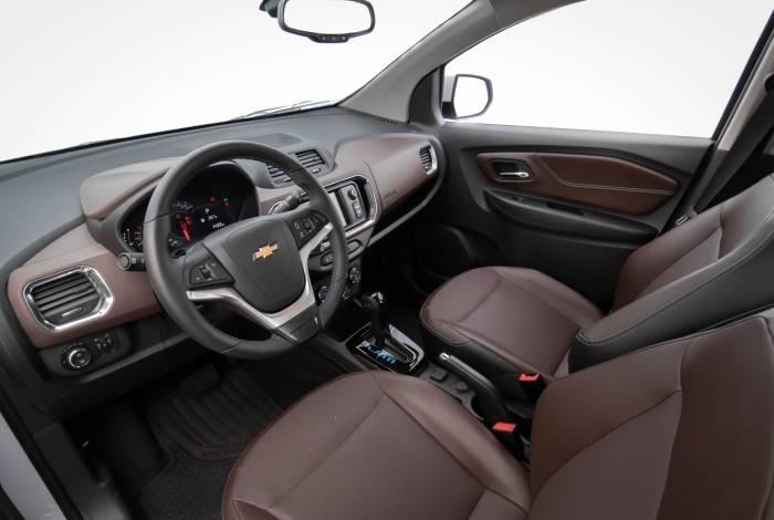 Interior da versão topo tem interior com detalhes em marrom