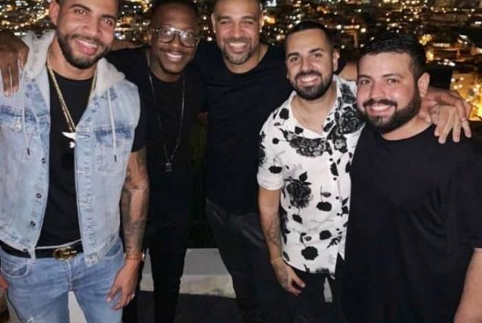Adriano Imperador vai à show de Mumuzinho na Vila Cruzeiro