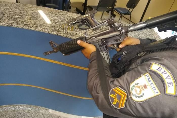 Durante a abordagem, um criminoso foi preso e uma pistola foi apreendida
