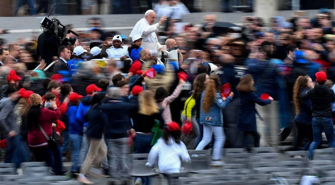 Papa Francisco acena ao chegar para sua audiência geral semanal na Praça de São Pedro, no Vaticano