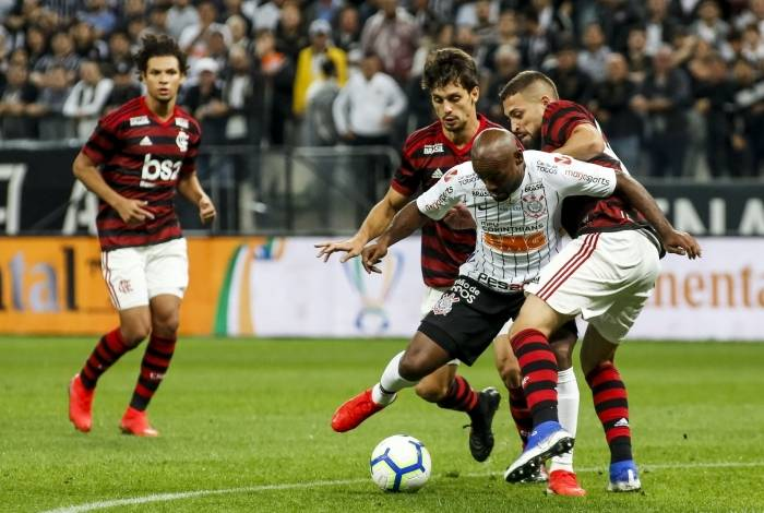 Flamengo e Corinthians se enfrentam nesta terça-feira