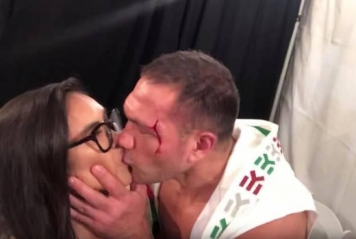 Boxeador recebe multa por beijar jornalista