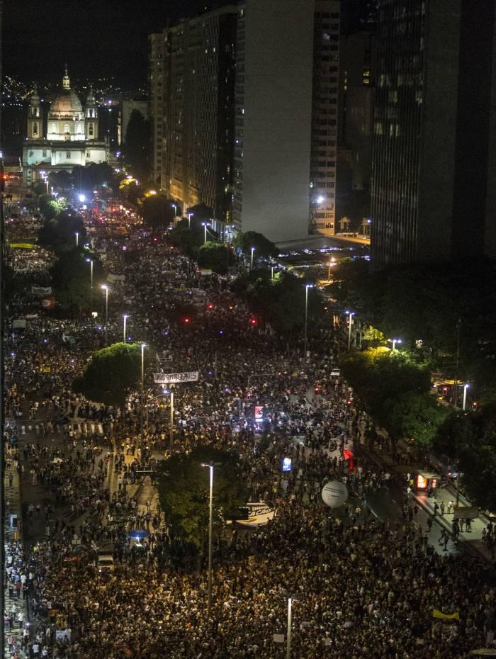 Manifestantes protestam no Centro do Rio contra cortes na educação na Av. Presidente Vargas