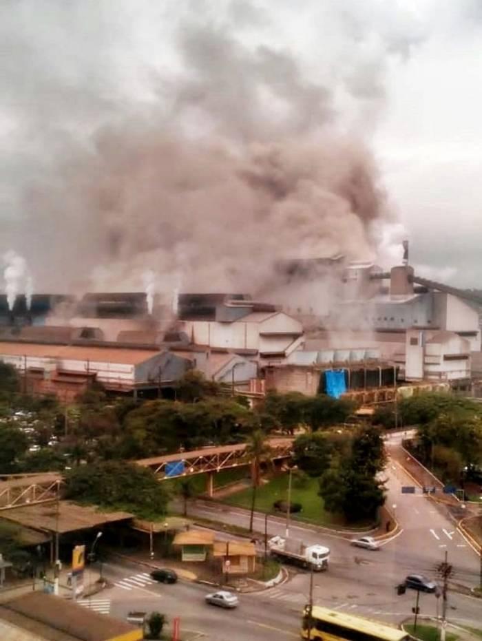 Grande quantidade de fumaça foi vista saindo da companhia