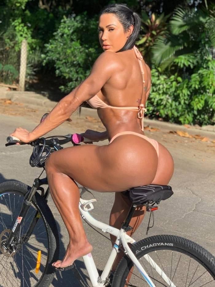 Gracyanne Barbosa mostra seu corpaço em foto na bike