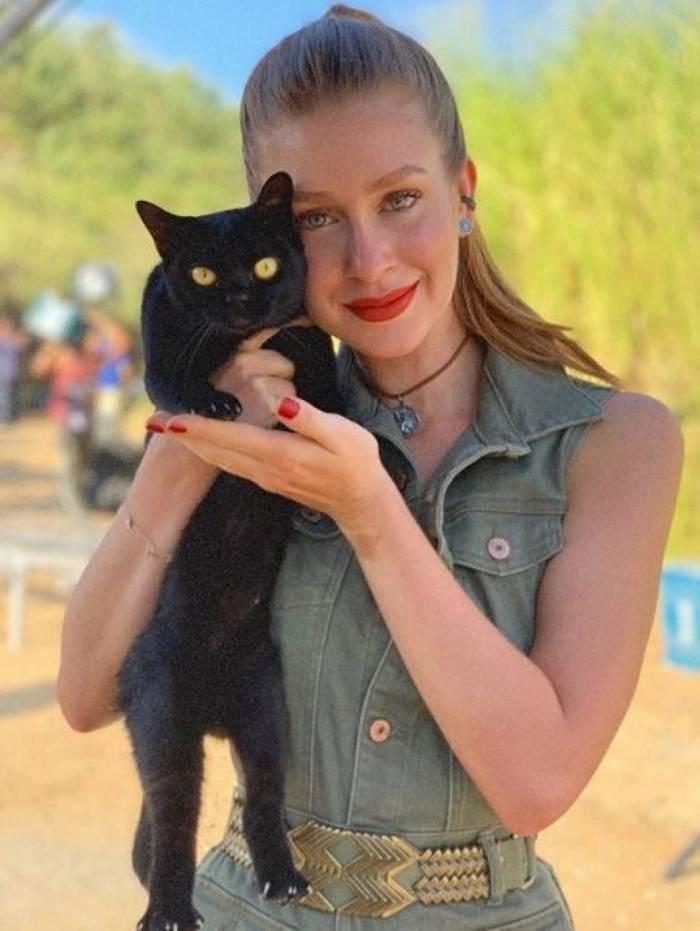 Acima, o post de Aguinaldo Silva sobre Marina e o gato. À dir., a atriz e León