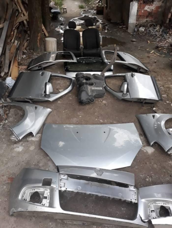 Carros eram desmontados no local para a venda de peças