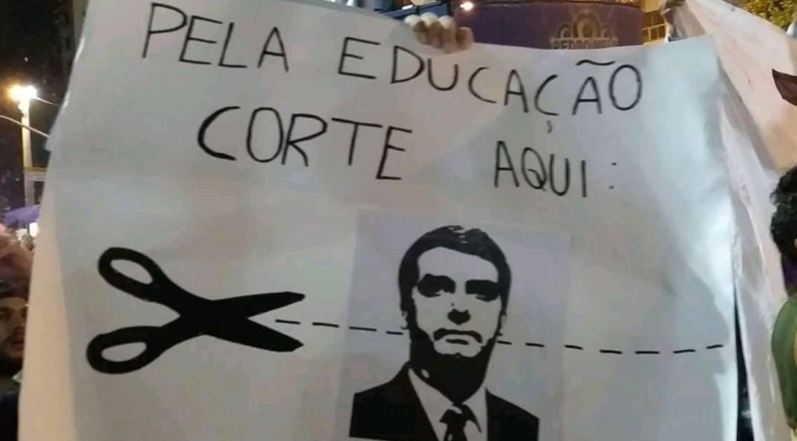 Manifestantes carregam cartazes com críticas aos cortes na Educação propostos pelo governo Bolsonaro