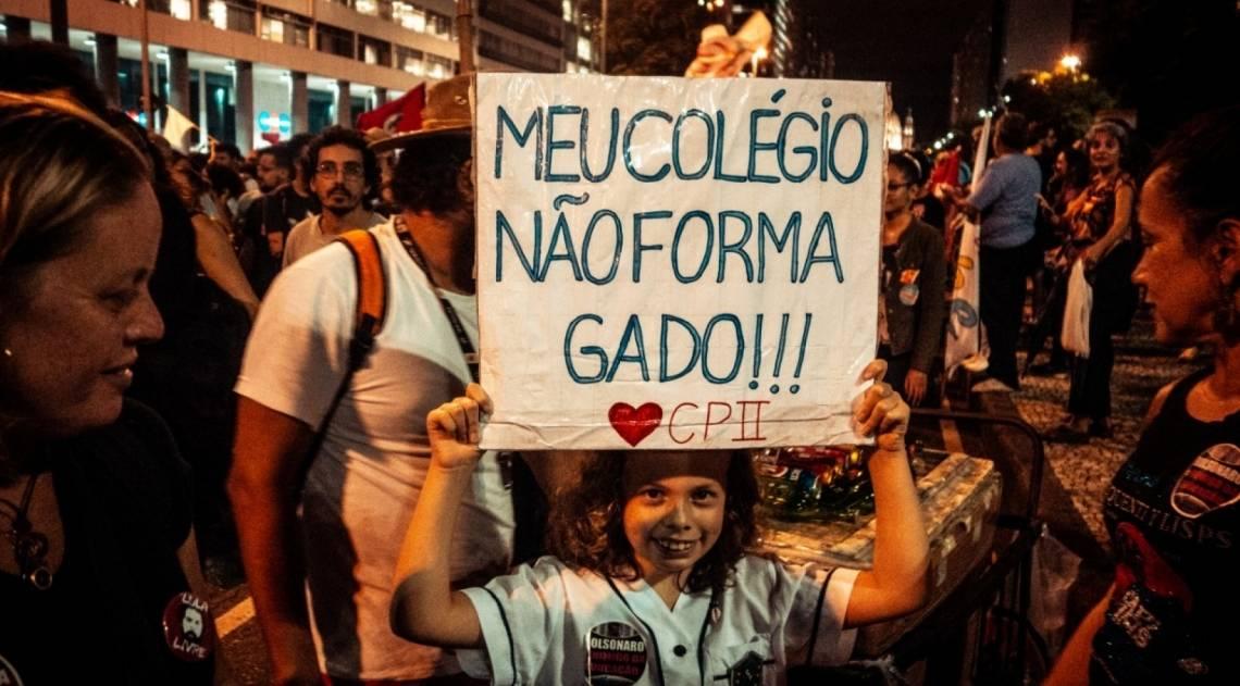 Manifestantes usam cartazes irreverentes nos protestos contra os cortes na Educação