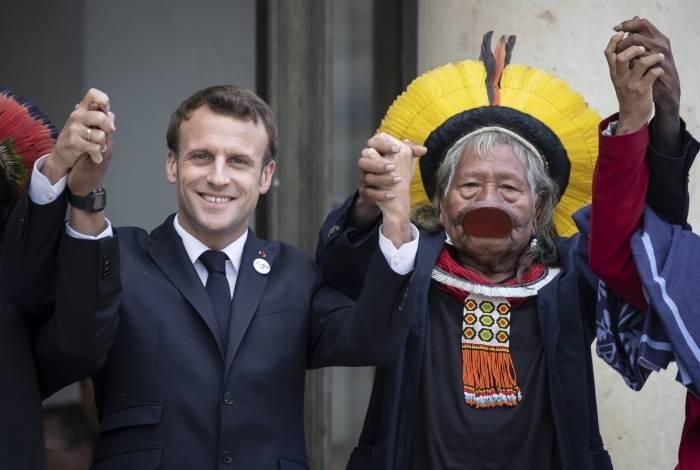 Líder indígena Raoni Metuktire posa com o presidente francês Emmanuel Macron após encontro no Palácio do Eliseu em 16 de maio de 2019 em Paris