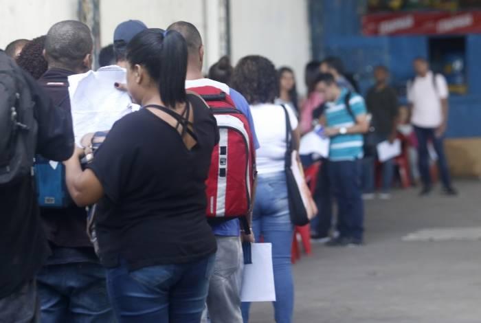 Fila de pessoas em busca de emprego na quadra da Escola de Samba Arranco de Engenho de Dentro: 650 foram cadastradas para tentar vaga