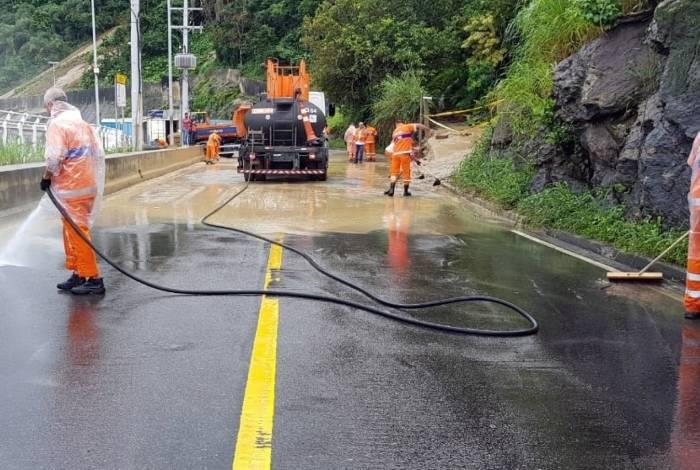 Agentes trabalham para a retirada da lama da pista