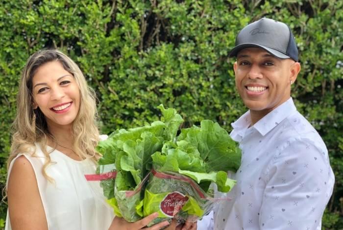 Manoela Alcântara e MC Koringa se casam com buquê de couve