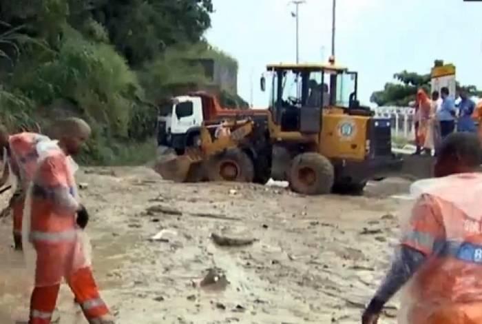 Agentes da prefeitura trabalham para retirar nova lama que escorregou até a via