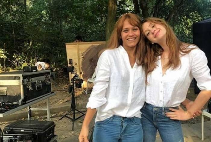A dublê Roberta Felipe e Marina Ruy Barbosa nos bastidores de 'O Sétimo Guardião'