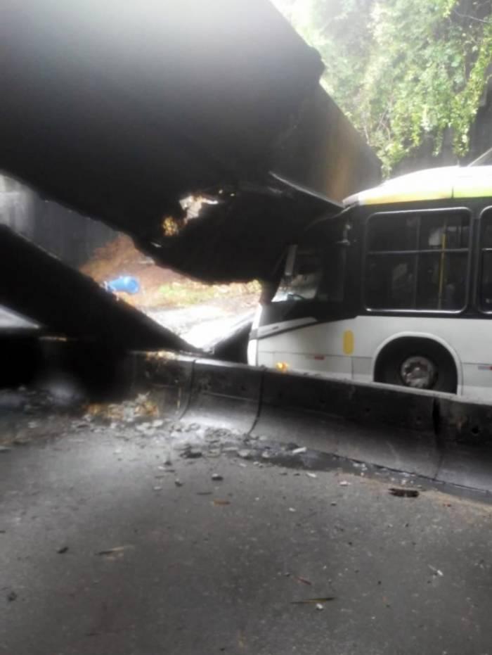 Ônibus foi atingido na parte da frente