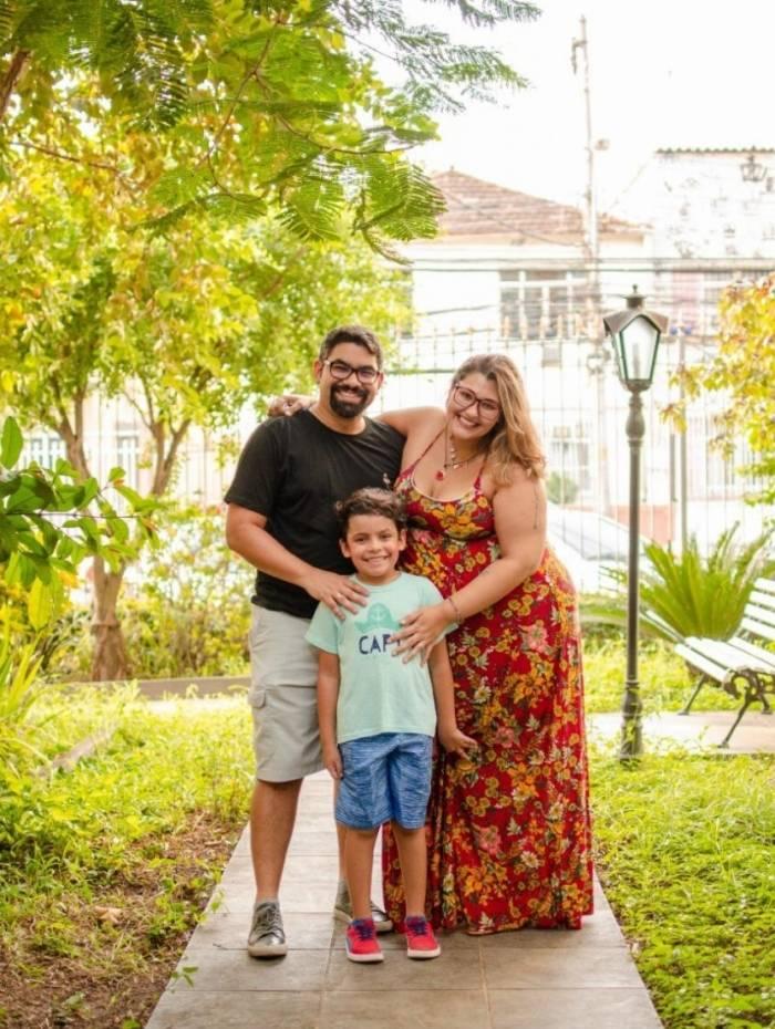 Acima, modelo usa vestido de noiva para gordinhas. À dir., Renata Barros, o noivo Douglas Santos e o enteado Gustavo