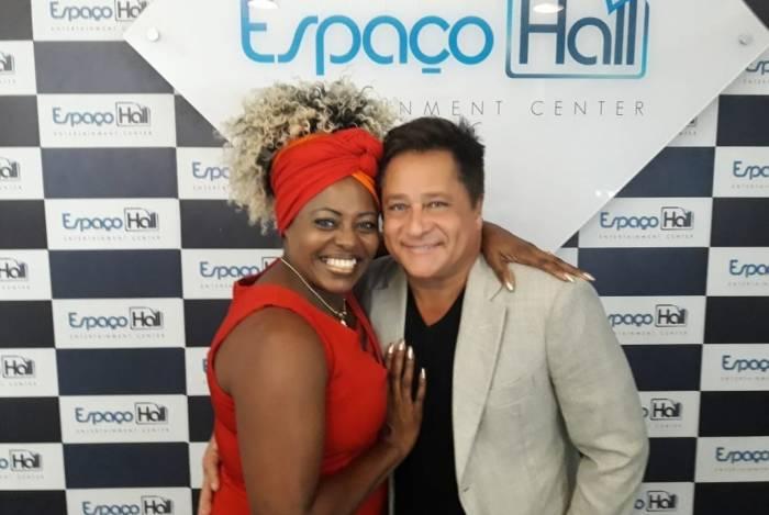 Cleusa Cruz conhece o sertanejo Leonardo no Espaço Hall