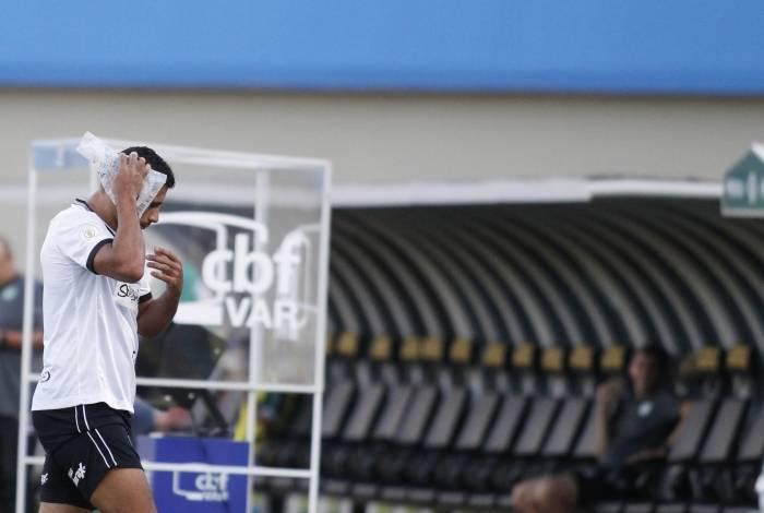 Diego Souza deixa o campo após levar a pior em dividida