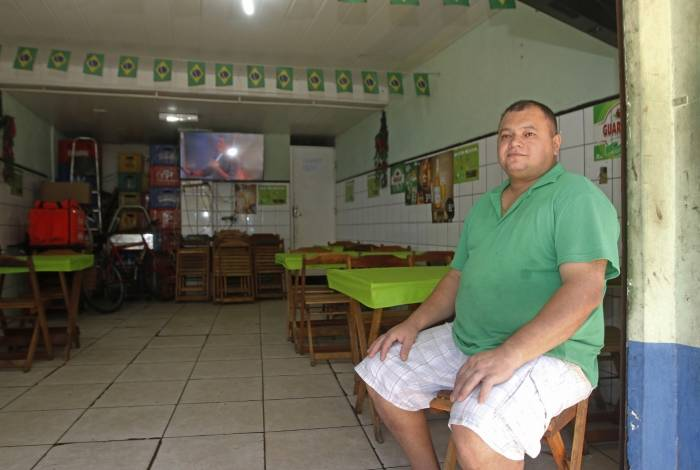 Na foto maior, Antonio Olimpio, proprietário do Bar Sindicato do Vidigal, lamenta a queda constante de movimento. Ao lado, a Praia de São Conrado às moscas ontem, em pleno domingo de sol