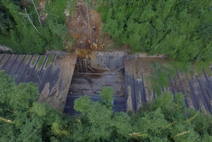 Queda de vigas de concreto deixou um buraco na estrutura