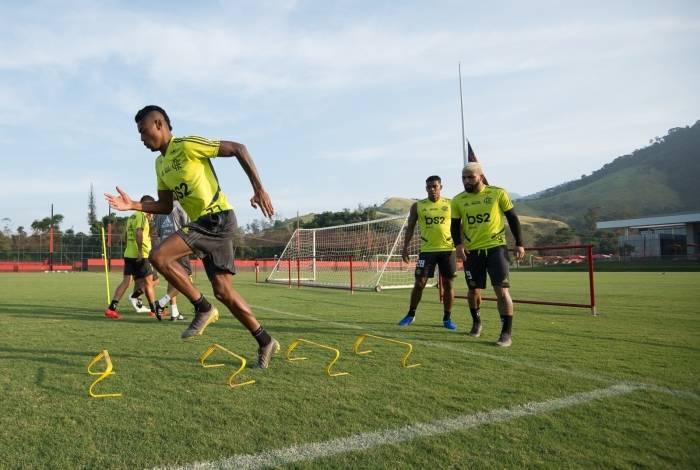 Bruno Henrique puxa a fila em treinamento