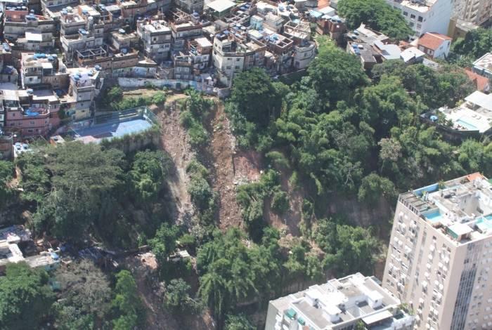 Imagens aéreas feitas por Mário Moscatelli mostram deslizamentos críticos na área do Maciço da Tijuca. Na foto, comunidade de Ipanema