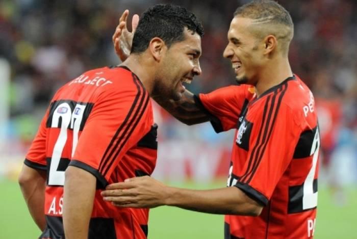 André Santos (esquerda) comemora com Paulinho