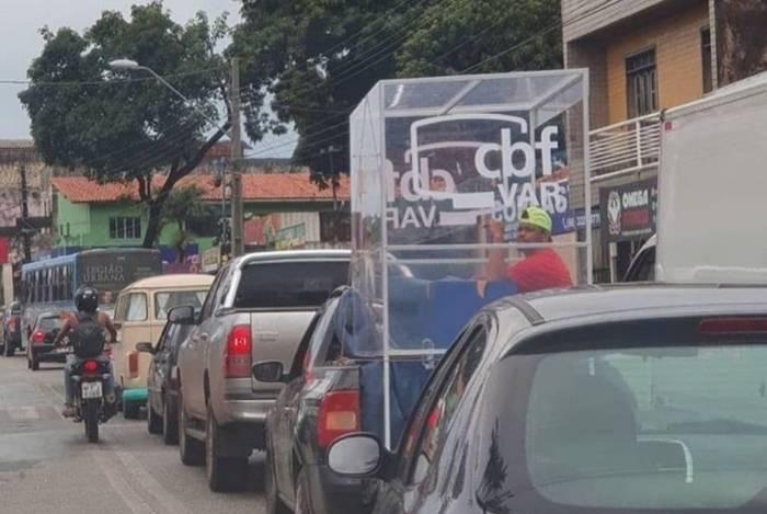 Cabine do VAR chama atenção nas ruas de São Luís