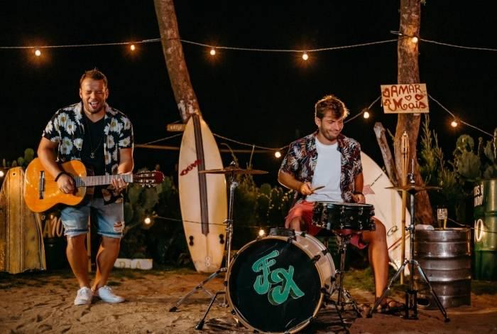 Duo FX lançou o clipe de 'Me dá um sinal'