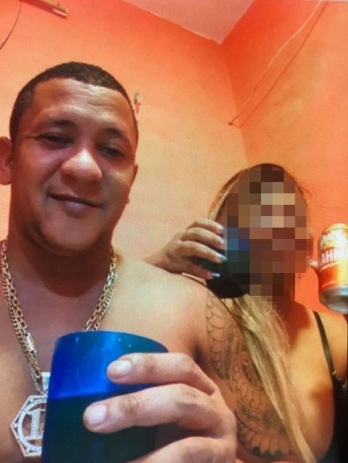 Traficante da Cidade de Deus preso na Penitenciária Vicente Piragibe exibe fotos com cerveja, petiscos e mulher dentro de cela