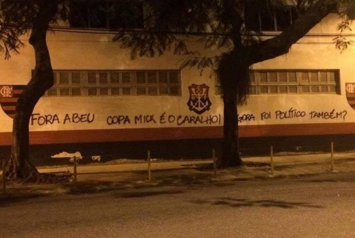 Sede do Flamengo volta a ser pichada