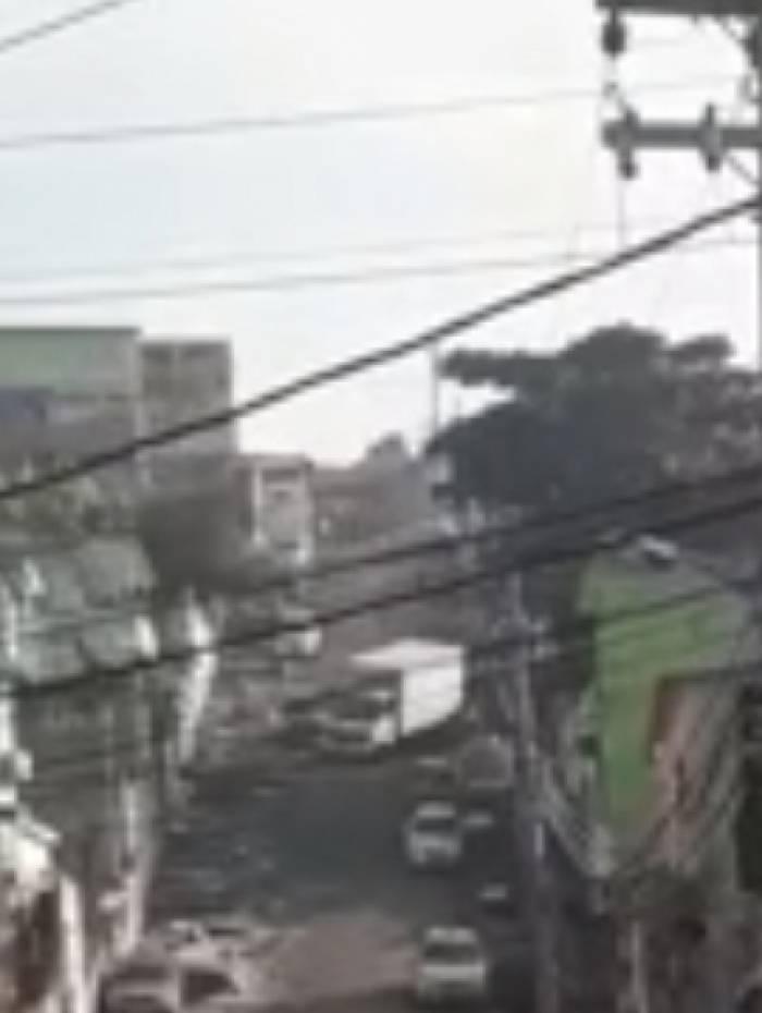 Caminhão bate em outros carros para fugir de tiroteio