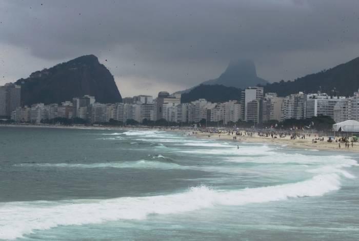 CLIMA TEMPO. Fotos do lazer de alpinistas no costão do Leme e tempo fechado em Copacabana e Leme.
