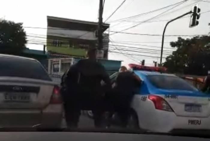 Policial foi socorrido por colegas