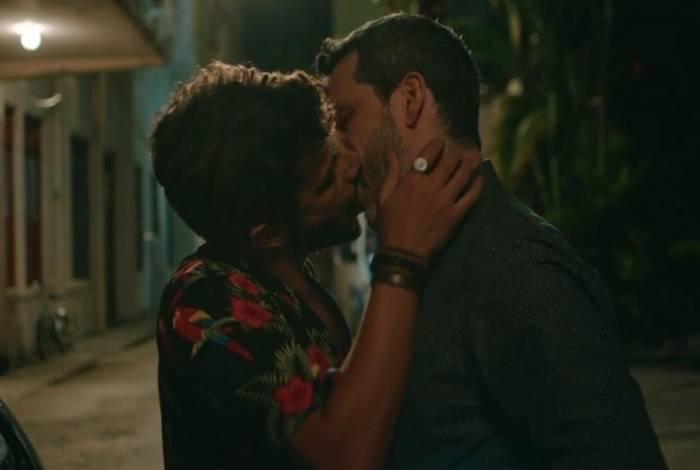 Beijo entre dois homens foi exibido na noite desta quinta-feira na série 'Sob Pressão', da Globo