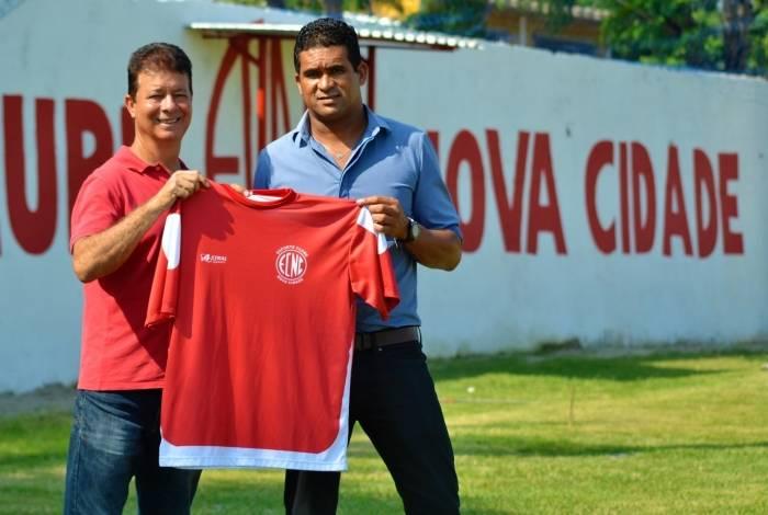 Serginho (à direita) posa com a camisa do Nova Cidade