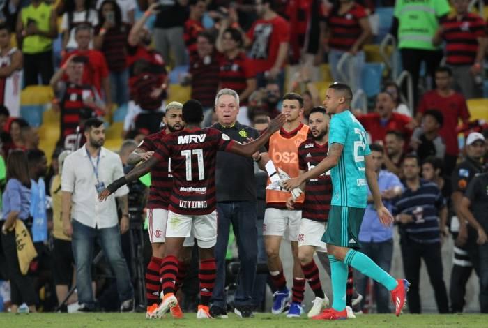 Ao fim da partida, os jogadores do Flamengo vão até Abel se solidarizar com o treinador