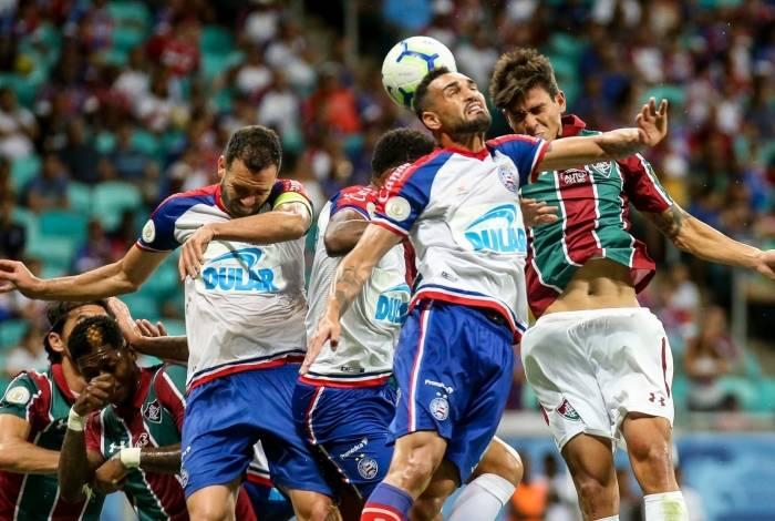 Bem marcado, Pedro não consegue a cabeçada: o atacante fez o primeiro gol do Flu, em cobrança de pênalti