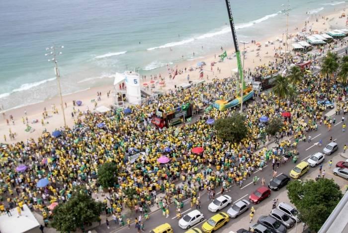 Manifestantes realizam ato em apoio ao governo do presidente Jair Bolsonaro na orla de Copacabana