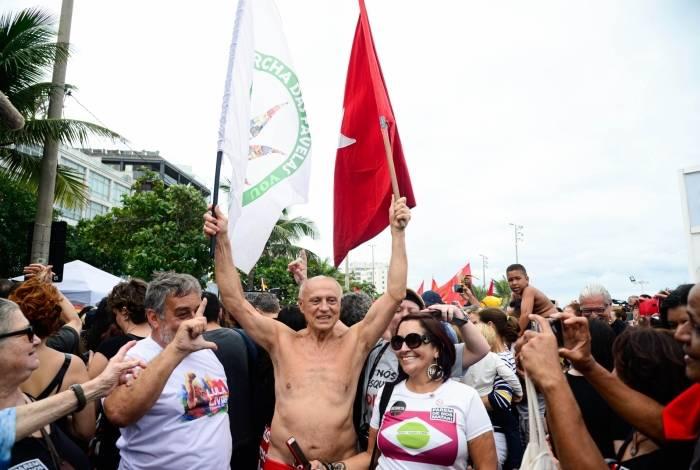 """O vereador de São Paulo, Eduardo Suplicy durante manifestação realizada com o tema: """"Parem de nos matar!"""", na praia de Ipanema, Zona Sul do Rio, neste domingo"""