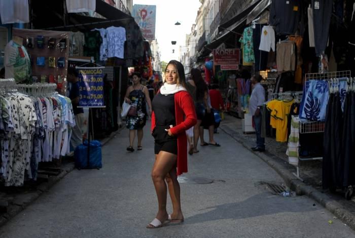 Ellen Albuquerque desfilou pela Saara com look pronto para o inverno carioca: shortinho e casaco