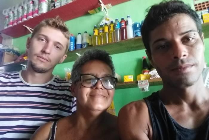 Evandro (de listrado) e Edemilson (de preto) junto à Dona Ana Lucia Santos