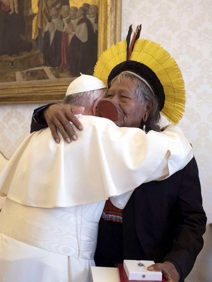 Papa Francisco abraça o líder indígena do Brasil Raoni Metuktire durante uma audiência privada no Vaticano