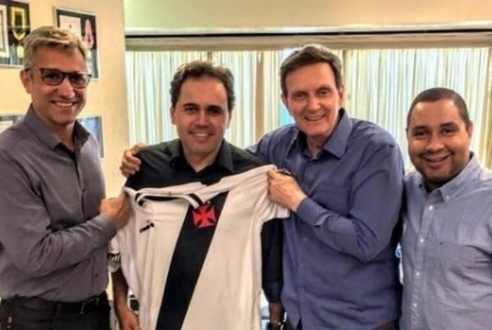 Crivella posa ao lado do presidente Alexandre Campello