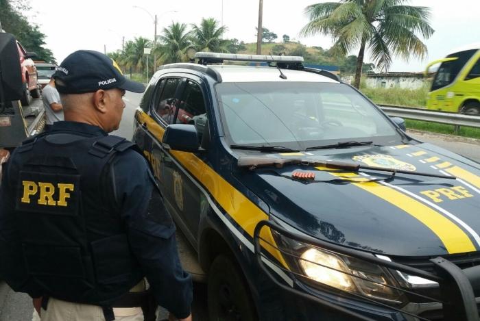 Motorista é preso ao tentar fugir de viatura na Rio-Santos, com uma espingarda