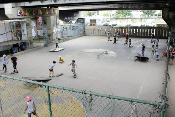 Aulas do Coletivo Skate Maré acontecem em quadra de futebol
